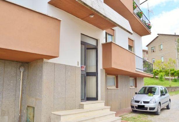 Parrano appartamento a piano primo con garage e orto for Appartamento garage a piano singolo