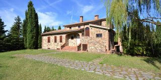 Tuscan farmhouse, skilfully rebuilt and divided in two units