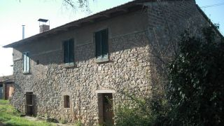 Montegabbione farmhouse with outbuildings and land