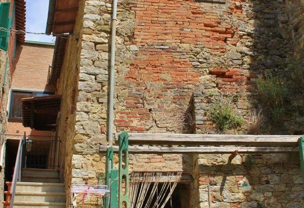 Casa indipendente da ristrutturare in castello medievale for Casa indipendente da ristrutturare